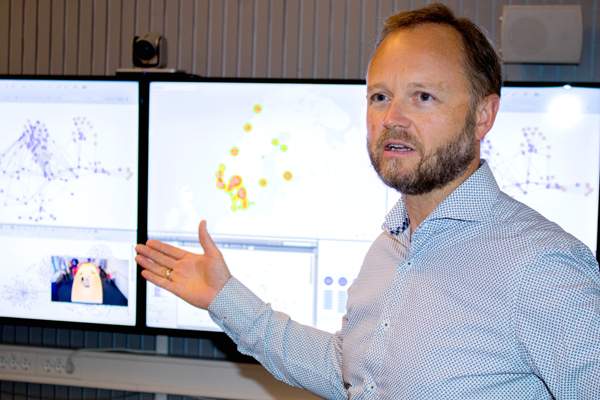 Jan Erik Ressem, IT-direktør i Tolletaten, viser modeller fra smart data analyse.